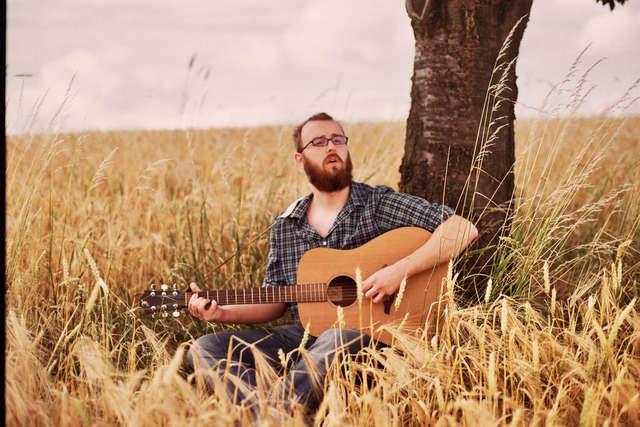 Rekordowo długa trasa młodego muzyka z brodą - full image