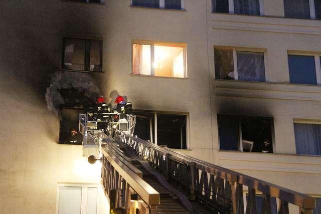 Pożar mieszkania na Orłowicza w Olsztynie. Siedem osób w szpitalu - full image