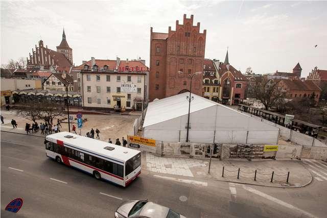 Wykopalisko przed Wysoką Bramą w Olsztynie przykryte jest ogromnym namiotem - full image