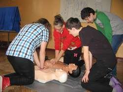 Młodzież uczy się, jak udzielać pierwszej pomocy