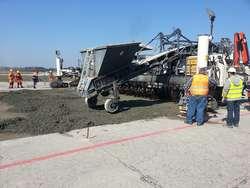Wykonano próbny odcinek nawierzchni betonowej lotniska w Modlinie