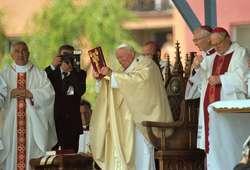 Msza święta odprawiana przez bł. Jana Pawła II w Ełku w 1999 roku. Celebracje papieskie powinny być wzorem do naśladowania.