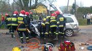 Opel doszczętnie zmiażdżony, 28 - letni kierowca w szpitalu