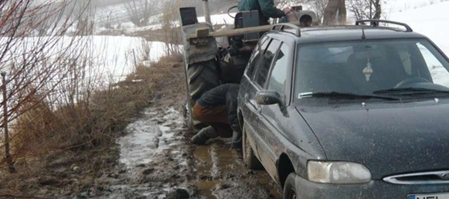 Czytelniczka: Droga jest nieprzejezdna, samochody grzęzną w błocie
