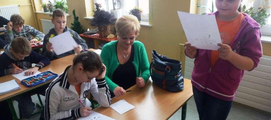 Dzieci nie planują z tej okazji występów artystycznych, ale pod okiem nauczycieli, uczniowie klasy VI, pieczołowicie przygotowują się do prowadzenia lekcji w młodszych klasach