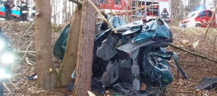 Osobowy ford zjechał na przeciwny pas drogi, a następnie wypadł z drogi. Samochód wpadł do wąwozu i przeleciał kilkadziesiąt metrów, ścinając niewielkie drzewa
