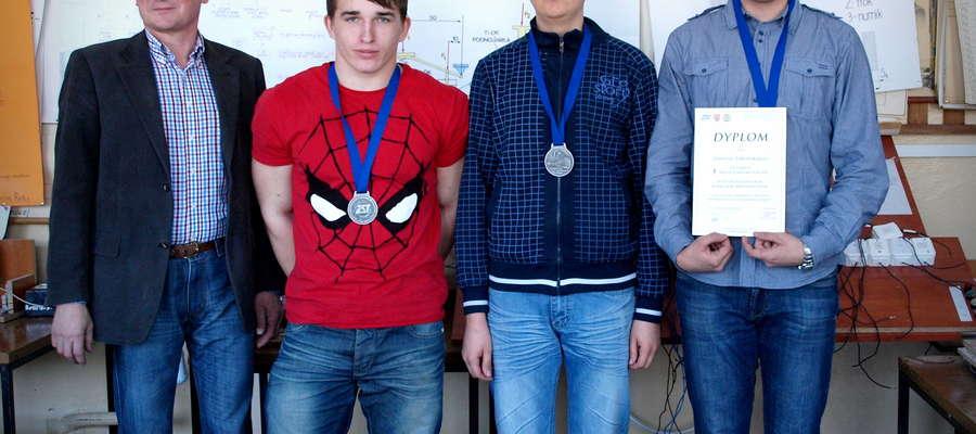 Uczniowie Zespołu Szkół Ponadgimnazjlanych wraz z nauczycielem Waldemarem Welencem