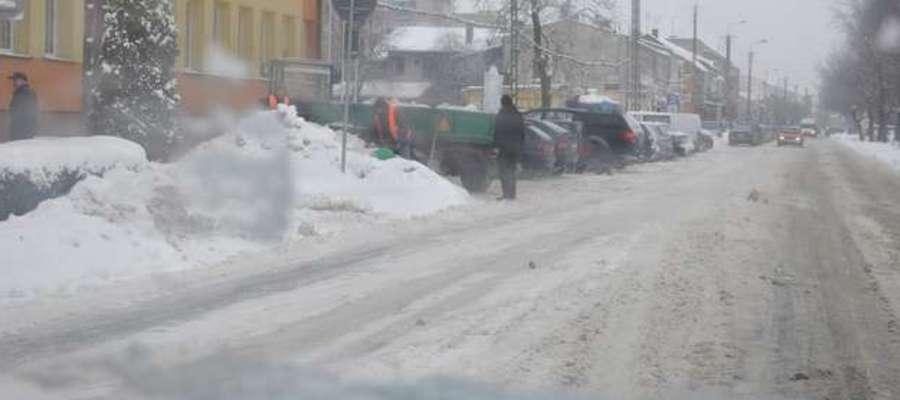 Na usuwanie śniegu z dróg na terenie powiatu wydano ponad pół miliona