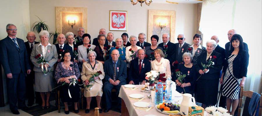 Szczęśliwe małżeństwa z pięćdziesięcioletnim stażem wraz z burmistrzem Noskiem i kierownik USC