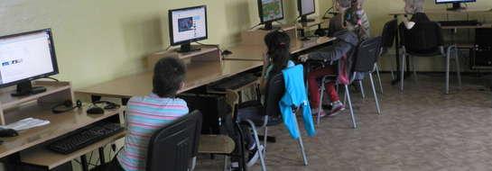 Dzieci chętnie korzystają z pracowni komputerowej