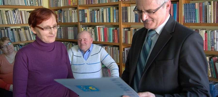 Dyplomy ukończenia szkolenia wręczał Burmistrz Żuromina Zbigniew Nosek