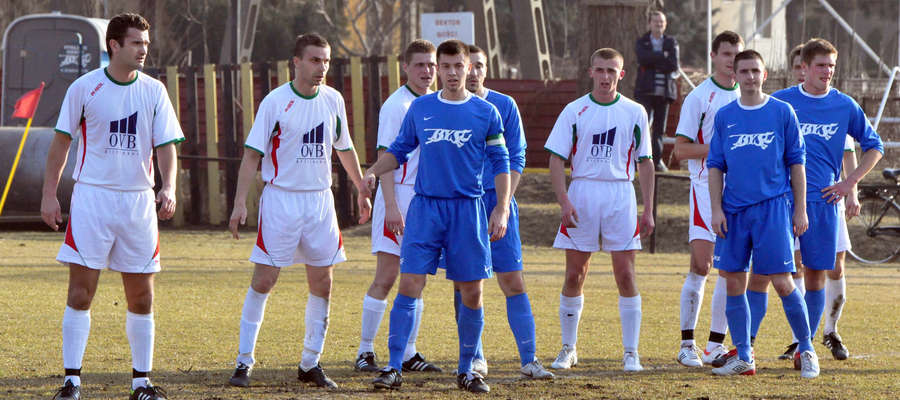 Michał Sochacki (drugi z lewej) jest graczem Wkry Bieżuń