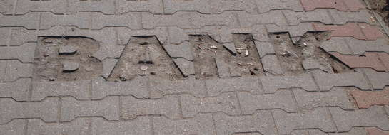 Stąd złodziej wymontował mosiężne litery