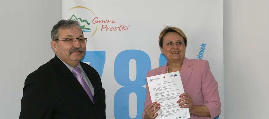 Na zdjęciu Antoni Paciorko z firmy, która wykona inwestycję, oraz Bożena Bagan, wójt gminy Prostki