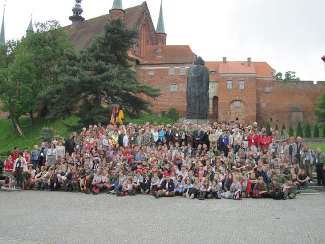 Uczestnicy Zjazdu Honorowych Obywateli Fromborka pozują pod katedrą do pamiątkowej fotografii - full image