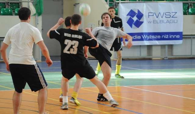 Drużyny z PWSZ, Wyższego Seminarium Duchownego, EUH-E oraz zagraniczni studenci ERASMUSa wczoraj zmierzyli się w rozgrywkach futsalu - full image