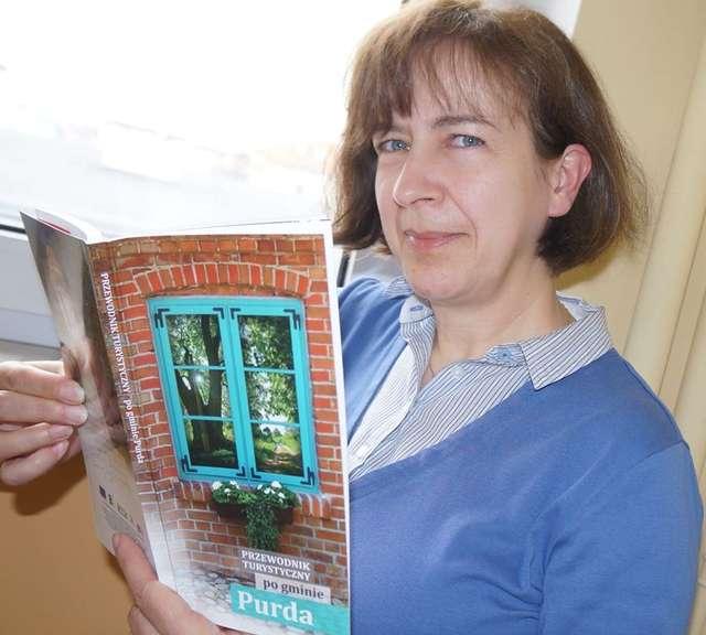 Jolanta Weihs z referatu promocji UG w Purdzie, pomysłodawczyni wydawnictwa, prezentuje przewodnik po gminie - full image