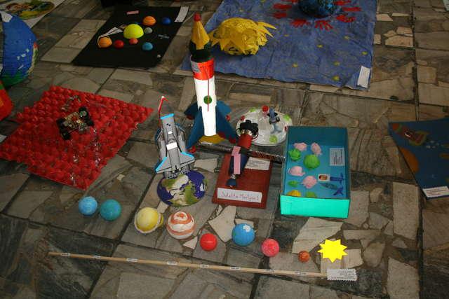 Przedszkolaki stworzyły kosmiczne dzieła sztuki - full image