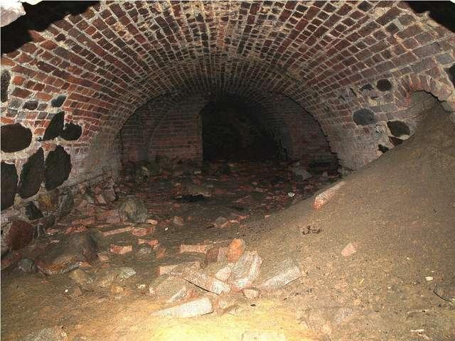 Wnętrze piwnicy jest częściowo zasypane - full image