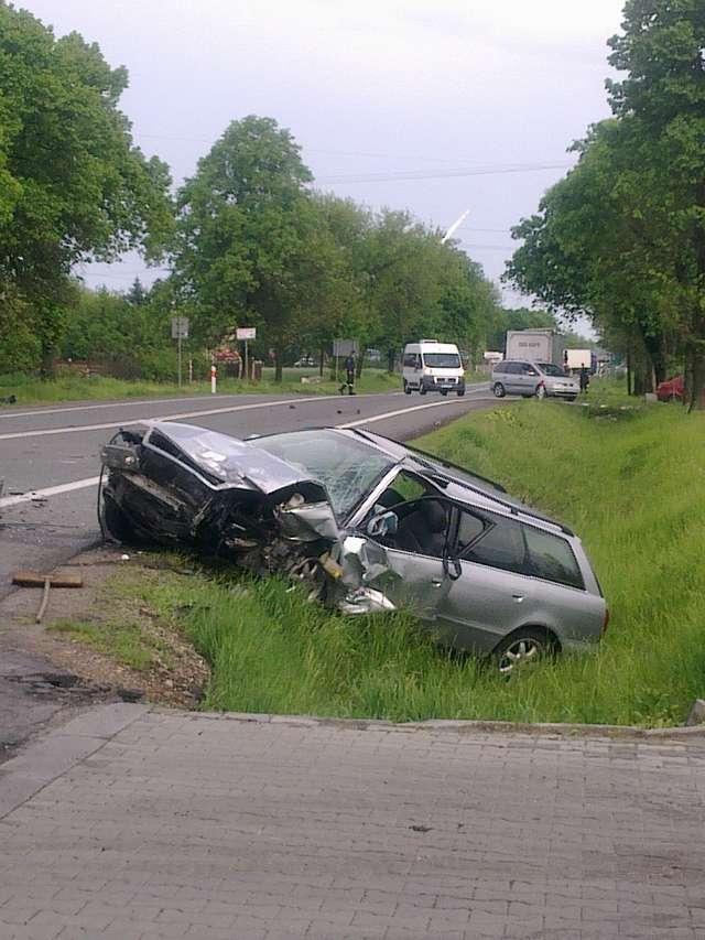 Trzy pojazdy zderzyły się na dziesiątce, w tym ciężarówka - full image