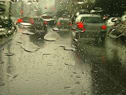 Kierowca vectry nie opanował pojazdu w ulewnym deszczu. Jest ciężko ranny