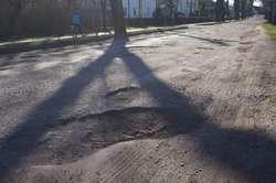 Tak wygląda ulica Dworcowa w Młynarach po ostatniej zimie
