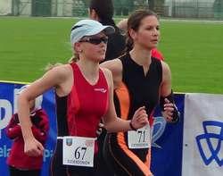 Paulina Załuska (z nr 67) oraz Roksana Marczak na trasie zawodów w Dzierżoniowie