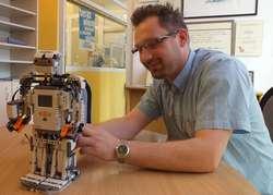 Arkadiusz Dejnarowicz z moj-robot.pl prowadzi zajęcia dla dzieci i młodzieży z robotyki
