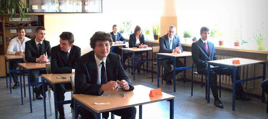 Maturzyści z Zespołu Szkół Ponadgimnazjalnych w Żurominie chwilę przez rozpoczęciem egzaminu pisemnego z języka angielskiego