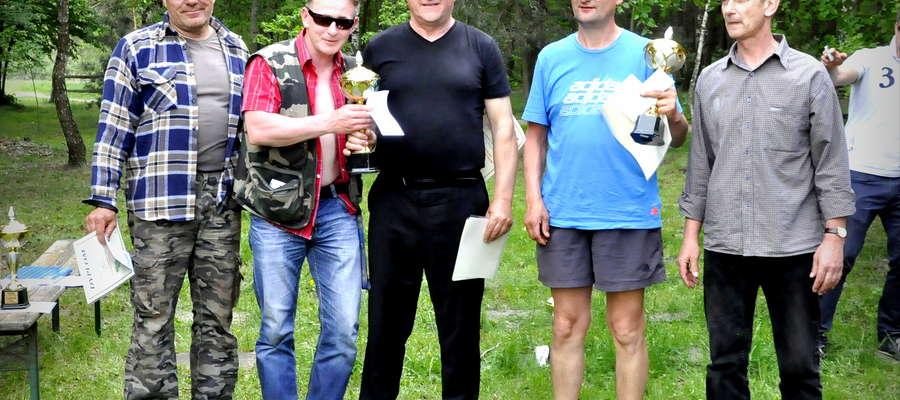 Na Borku w tym roku zwyciężył team z Żuromina. Od lewej: Paweł Górczewski, Zbigniew Ołowiński, Zygmunt Liszewski (gospodarz zawodów), Marek Pajewski i burmistrz Bieżunia Andrzej Szymański