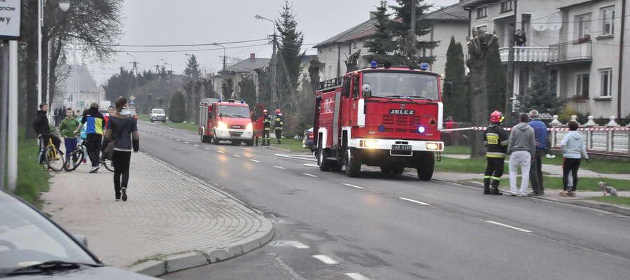 Akcję rozbrajania pocisku zabezpieczali strażacy, straż miejska i policja