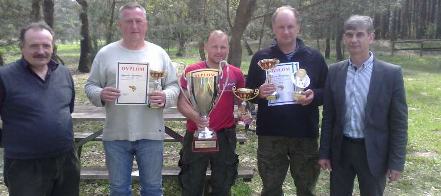 Najlepsi wędkarze oraz organizatorzy podczas zawodów otwierających sezon