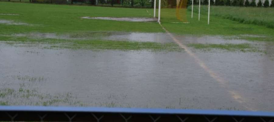 Boisko było kompletnie zalane