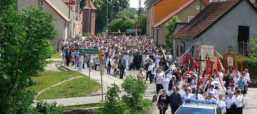 W Bisztynku, tylko w uroczystość Bożego Ciała, można zobaczyć tysiące osób na ulicach miasteczka.