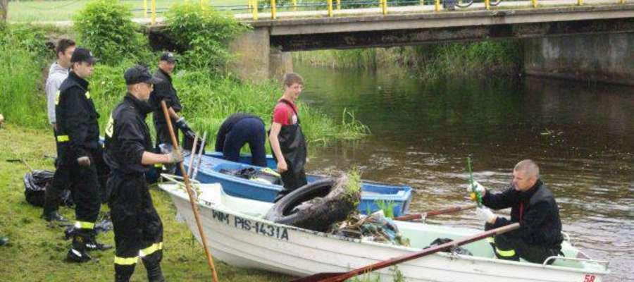 W sprzątaniu rzeki Orzyszy wzięło udział około 20 osób