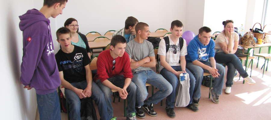 Uczniowie podzieleni na grupy zwiedzali sale z atrakcjami