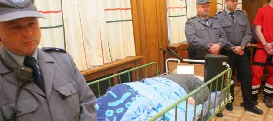 Jan R., główny oskarżony, uczestniczy w procesie leżąc w łóżku