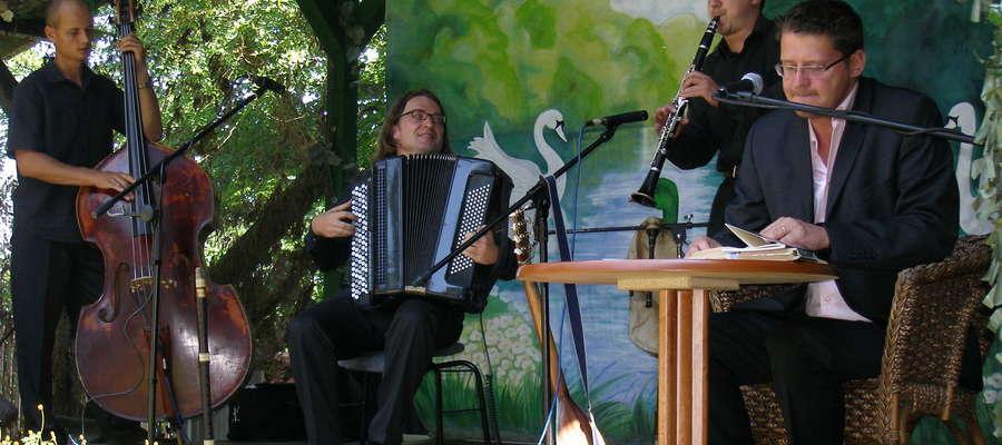 Wojciech Malajkat (pierwszy w prawej) - Leśniczówka Pranie 2011 rok