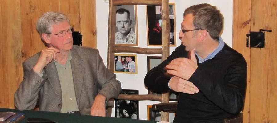 Leśniczówka Pranie 2010 rok - Maciej Orłoś (pierwszy z prawej) z ojcem Kazimierzem podczas spotkania autorskiego