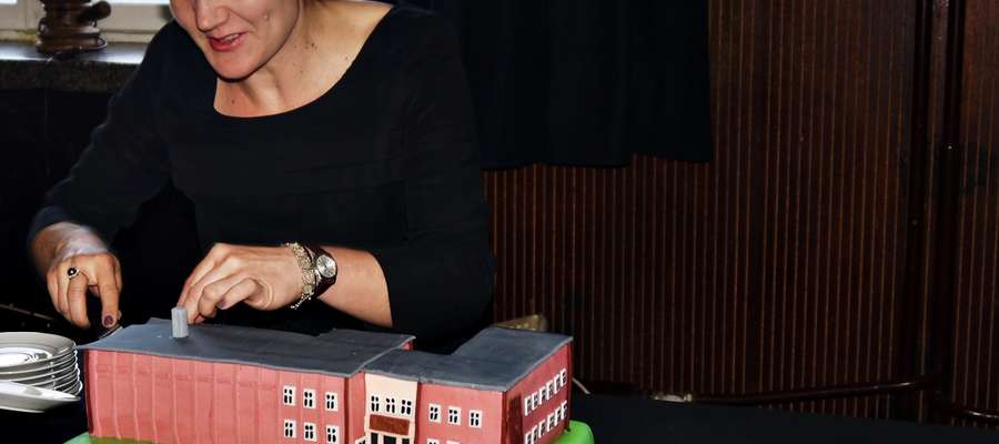 Elżbieta Wiśniewska krojąca tort w kształcie starej siedziby MCK. Odwzorowanie niemalże idealne. Po torcie szybko nie było śladu, a najprawdopodobniej od nowego roku stopniowo znikać będzie nam z oczu relikt minionej doby