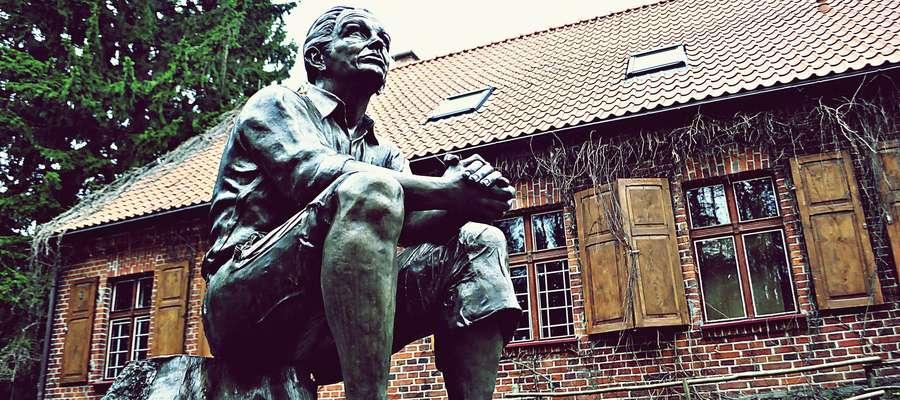 K.I.Gałczyński przed swoim muzeum w Praniu - zdjęcie jest tylko ilustracją do tekstu
