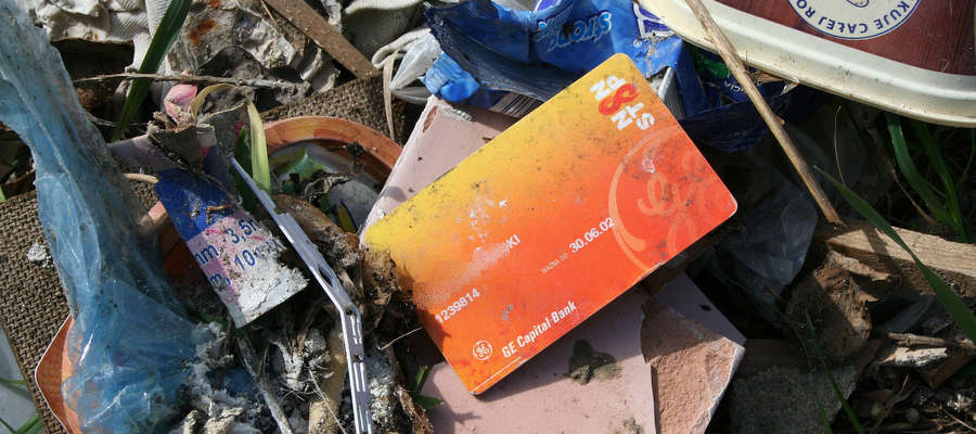 W nielegalnie wyrzuconych odpadach znaleźliśmy m.in. kartę bankomatową z danymi osoby, która śmieci wyrzuciła.