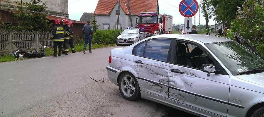 W wyniku wypadku motorowerzysta uderzył w bok bmw