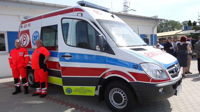 Nowoczesny mercedes sprinter będzie jeździł dla sierpeckiego pogotowia ratunkowego - full image