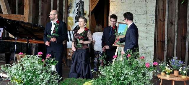 Muzyka Chopina w Jarzębinowym Teatrze w podnidzickiej Kamionce - full image