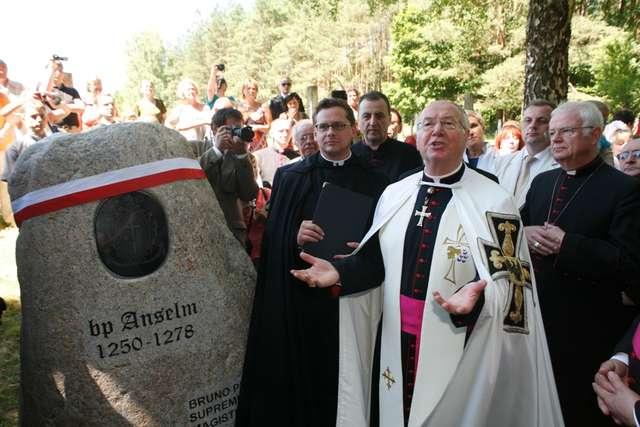 W roku 2010 w uroczystościach uczestniczył Wielki Mistrz Zakonu Krzyżackiego dr Bruno Platter. Na zdjęciu stoi przy głazie, poświęconym pierwszemu biskupowi Warmii, Krzyżakowi Anzelmowi. - full image