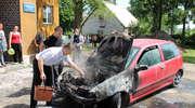 Strażacy-amatorzy ugasili w Pomorskiej Wsi płonący samochód