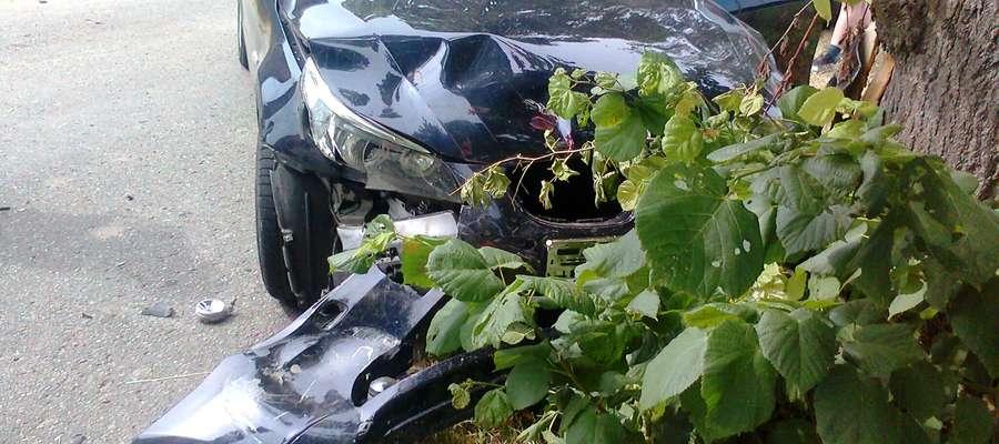 Strażacy po zabezpieczeniu miejsca zdarzenia, odłączyli akumulator w uszkodzonym samochodzie oraz sprawdzili czy nie ma wycieków z uszkodzonych aut