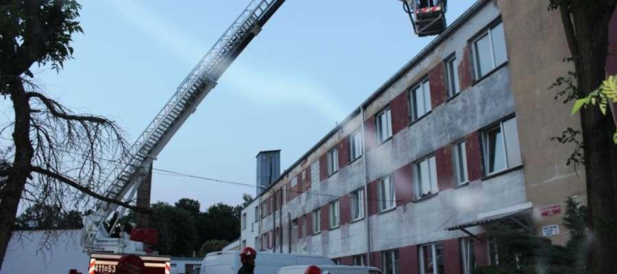 Pozorowany pożar wybuchł w jednym z pomieszczeń. Dym wypełnił większość pomieszczeń