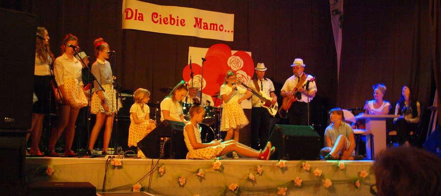 Na scenie wystąpiła sekcja wokalna ŻCK oraz żuromińscy muzycy